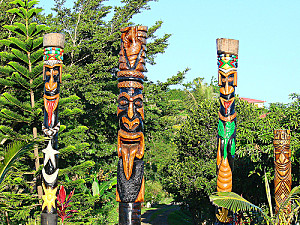 http://a51.idata.over-blog.com/300x225/3/77/69/68/Nelle-Caledonie/NC-art-Totems.jpg